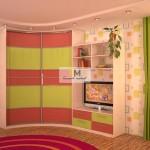 26. Радиусный шкаф-купе в детскую с цветным пластиком и горка.