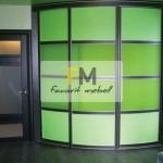 28. Радиусный шкаф-купе с выпуклыми раздвижными дверями в комнате для подростка.