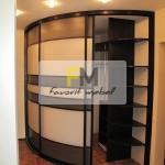 4. Трехдверный радиусный шкаф-купе в сочетании двух цветов пластика и рациональной вместимостью.